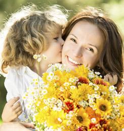 Les mamans sourient lorsqu'elles reçoivent un cadeau pour la fête des mères