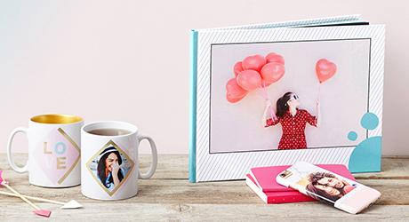 Sie suchen ein individuelles Geschenk, das garantiert Freude bereitet? Lassen Sie sich von PhotoBox inspirieren. Hier finden Sie mit Sicherheit das Geschenk, das Sie suchen. Wählen Sie aus vielen verschiedenen Produkten, Formaten und Designs, unsere Fotoprodukte sind von vorne vis hinten individualisierbar! Ob Fotobücher, Smartphone Cases, Retro-Fotos oder Fotoleinwände… an Geschenkideen mangelt es bei uns nicht!